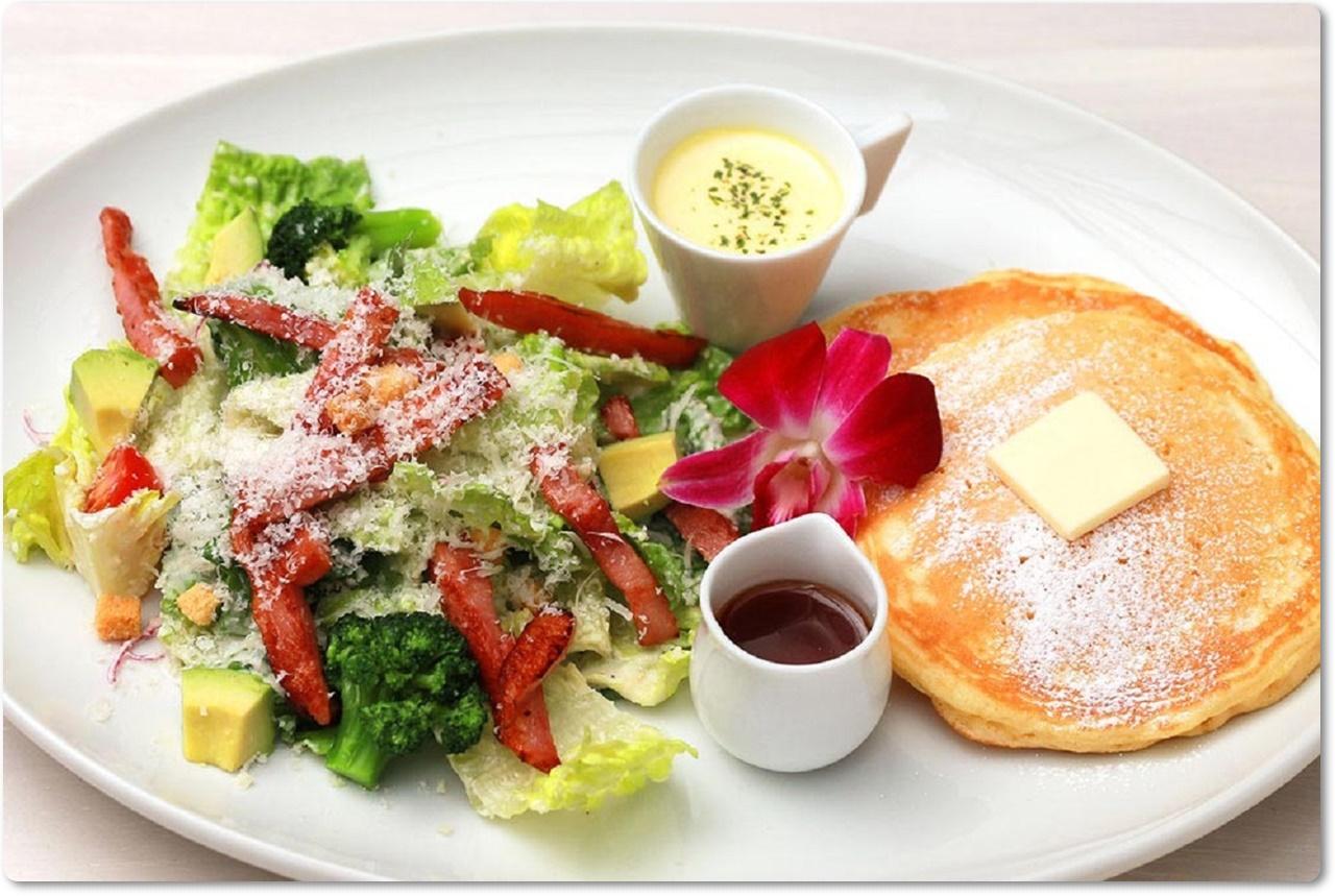 厚切りベーコン シーザーサラダ&パンケーキ